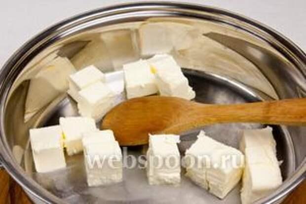 Сливочное масло растопить в сковороде с толстым дном.
