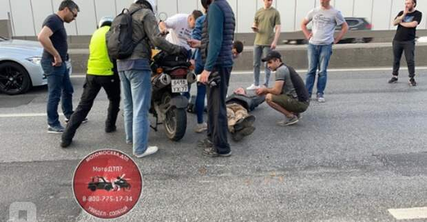 Упавший мотоциклист затруднил движение на Ленинградке