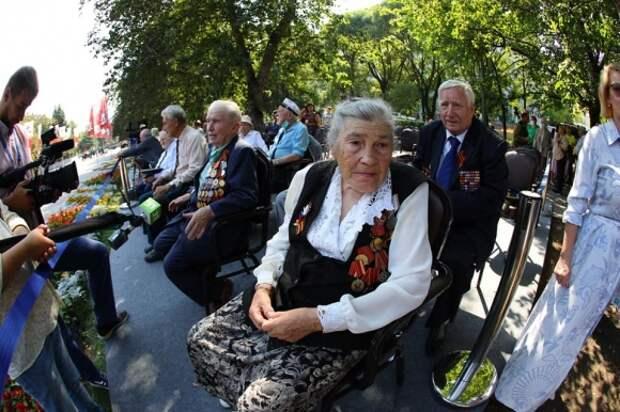 Ветеран на торжественной церемонии закладки камня стелы
