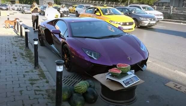 ВСтамбуле владелец Lamborghini торговал арбузами избагажника своего суперкара