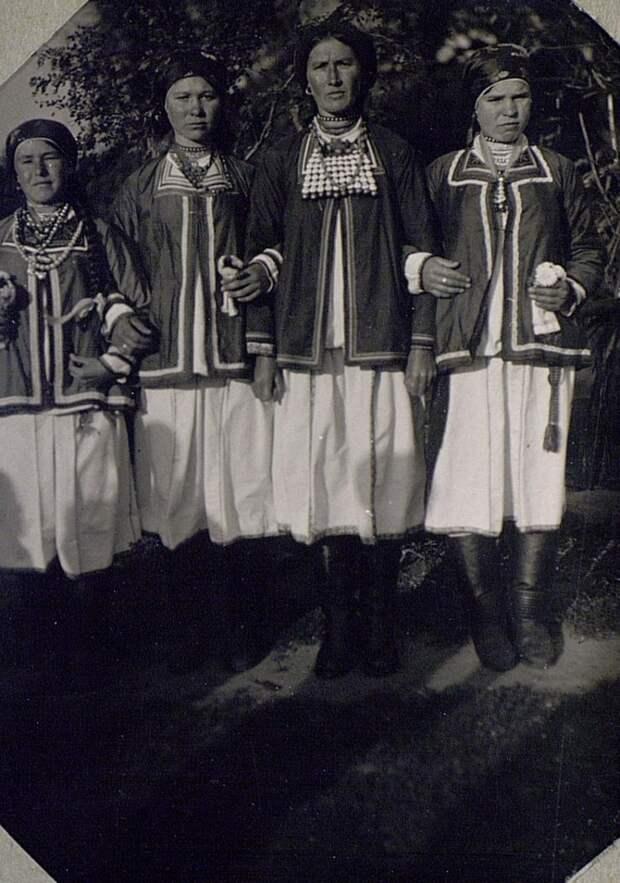 Группа девушек в традиционных праздничных костюмах. Мокша..jpg