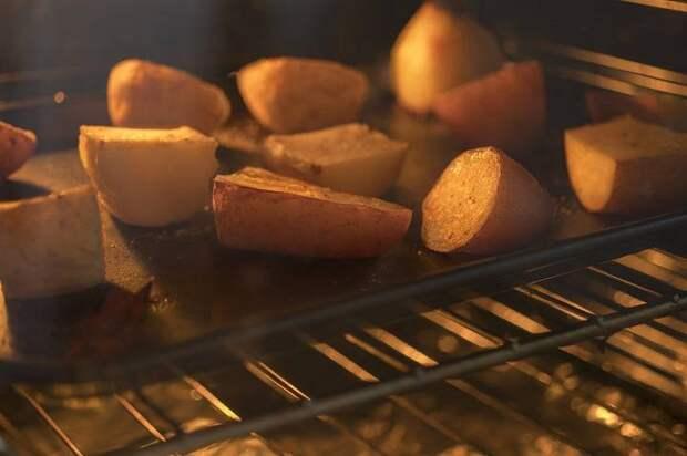 Диетолог объяснила, почему запеченный картофель полезнее жареного