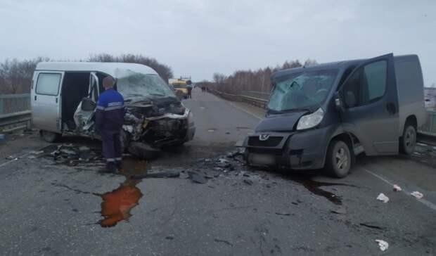 Натрассе под Омском расхлестались два микроавтобуса. Есть пострадавшие