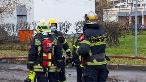 Пожарные спасли коммунальщика из горящего мусоропровода