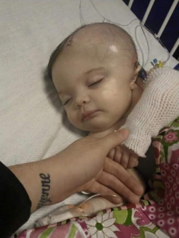 Малышку оставили с папой наедине… Через час врачи еле спасли ее от смерти