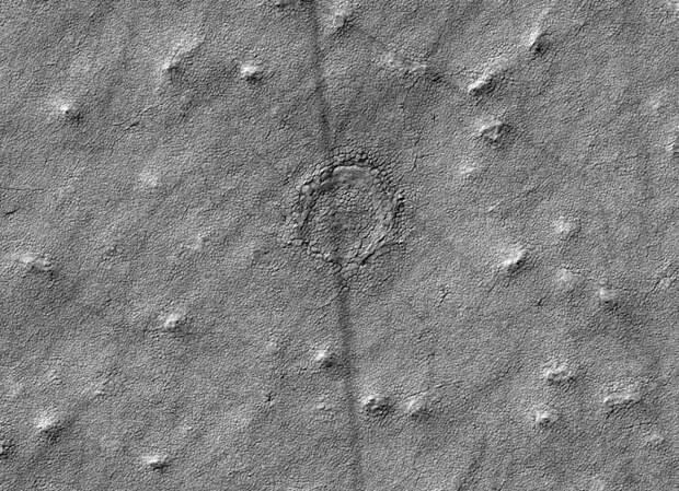 НАСА сфотографировало на Марсе загадочный круг