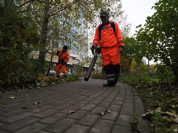 На Соколово-Мещерской листву убирают  вохдуходувками