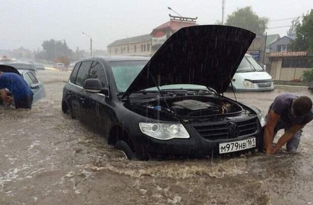 В Ростове из-за ливня ушли под воду десятки автомобилей