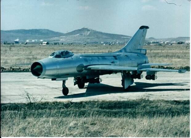 Самолет Су-7Б был основным истребителем-бомбардировщиком ВВС СССР и наших союзников по всему миру. На фото – головной экземпляр экспортной модификации самолета Су-7БМК без опознавательных знаков на аэродроме Дзёмги Дальневосточного машиностроительного завода им. Гагарина в Комсомольске-на-Амуре