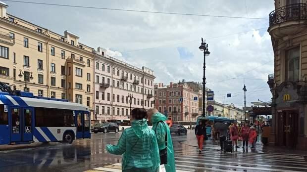Солнце выглянуло над Невским проспектом в Петербурге после короткого ливня