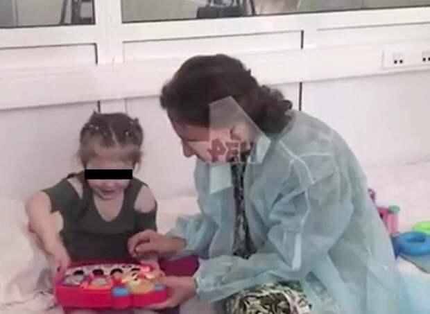 Оставленную матерью в поликлинике Москвы девочку передали бабушке
