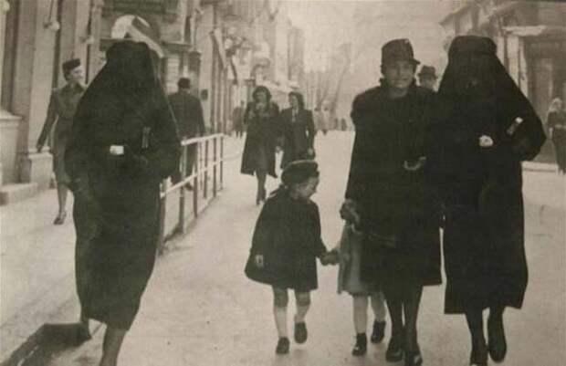 Мусульманка покрывает своей паранджой жёлтую звезду соседки-еврейки, чтобы защитить её от преследования. Сараево, бывшая Югославия.