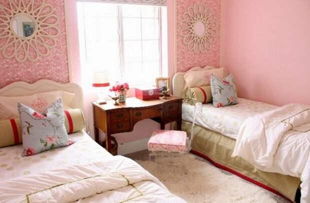 кровати по обе стороны от окна
