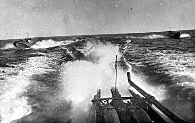 Атака советских торпедных катеров