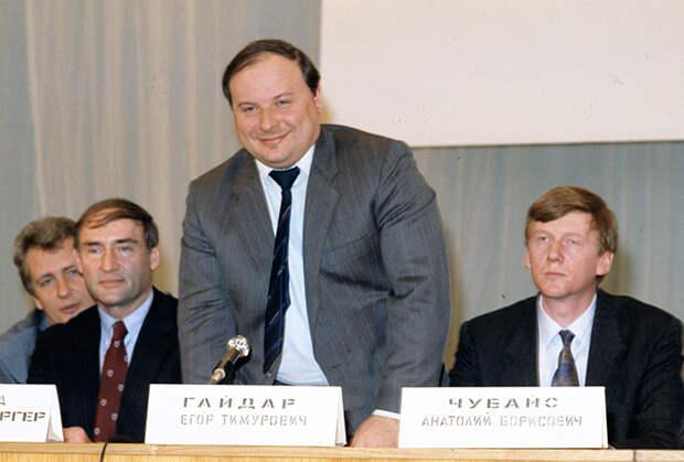 Егор Гайдар, исполняющий обязанности председателя правительства Российской Федерации, и Анатолий Чубайс, вице-премьер, председатель Госкомимущества