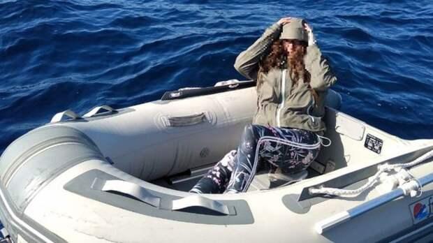 Дрейфовавшая в море туристка выжила благодаря леденцам