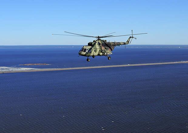 В Санкт-Петербурге экипажи армейской авиации ЗВО отработали групповые полеты на предельно малых высотах