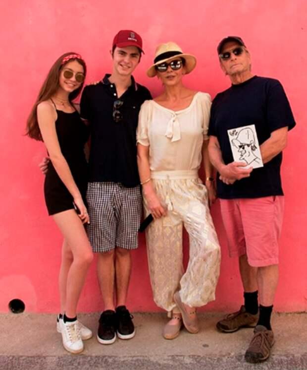 Семья Кэтрин Зеты-Джонс проводит время на Кубе