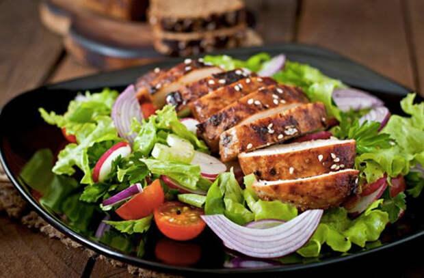 Делаем вечно сухую куриную грудку сочной: добавляем маринад или готовим в 2 этапа