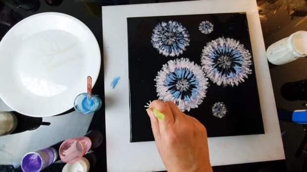 Необычная техника рисования с помощью обычной втулки: повторить сможет каждый