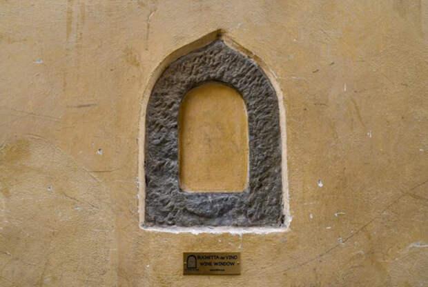 Появились эти архитектурные особенности в городах Тосканы во время эпидемии бубунной чумы.