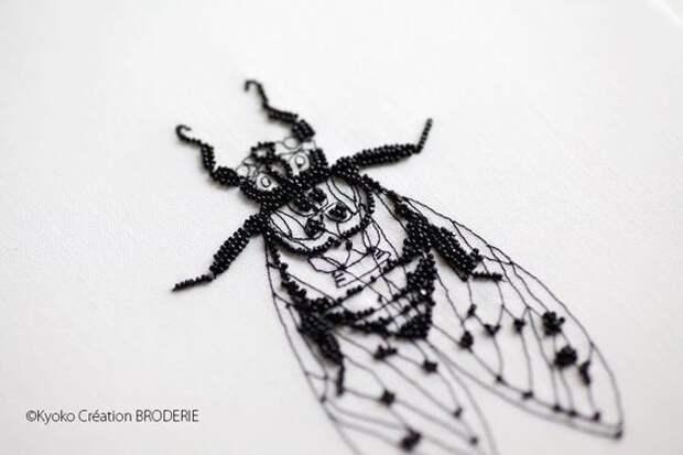 вышитая муха