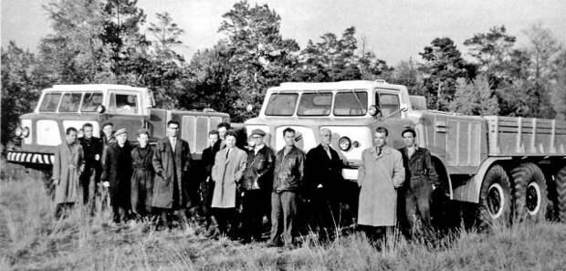 Коллектив СКБ ЗИЛ с автомобилями ЗИЛ-135Л (слева) и ЗИЛ-135ЛМ. Виталий Грачев — третий справа. Сентябрь 1964 года история, ссср, факты