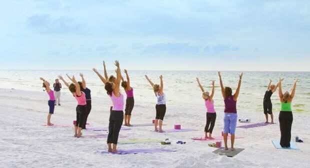На испанских пляжах проводятся бесплатные занятия по гимнастике