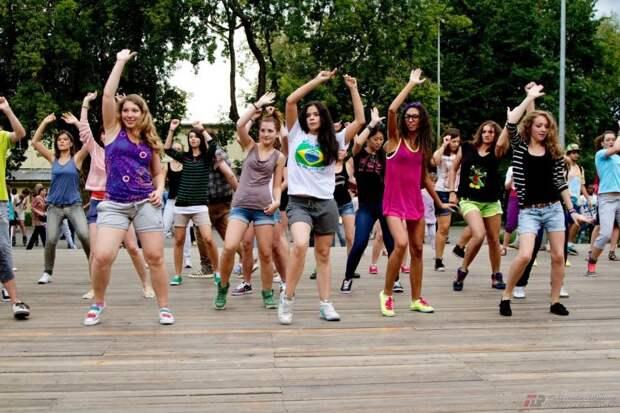 Удовлетворенность жизнью молодых людей связали с чувством общности