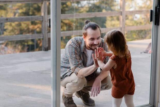 Чтоб увидеть дочь, мужчина тратит на поездку по 5 часов, но дальше коридора его не пускают: ему не дают видеться с ребенком после развода