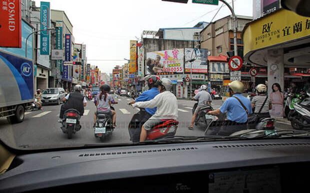 Гудим, толкаемся, мигаем: менталитет водителей в разных странах