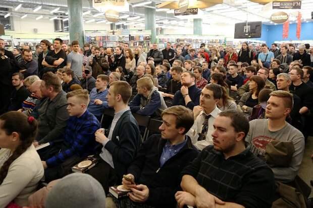 На презентации книги в Петербурге зал был переполнен Фото: Олег КУЗЕНКОВ