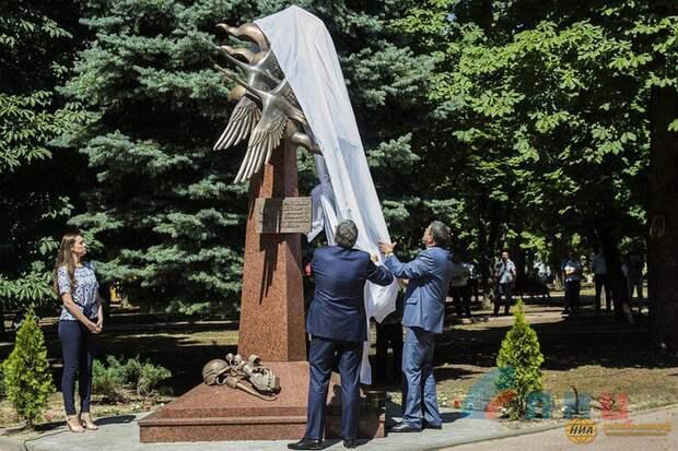 Памятник погибшим на Донбассе журналистам