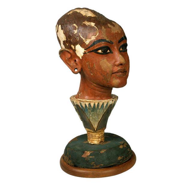 Вырезанная из дерева и раскрашенная, голова фараона словно возникает из цветка лотоса.