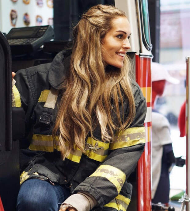 Горячая пожарная из Норвегии стала звездой Инстаграм