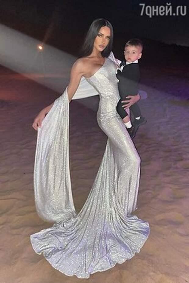Арзамасова в свадебном платье, а Королева – черная Снегурочка: неожиданные образы звезд на Новый год