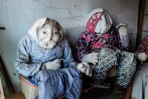 6 жутких фото японской деревни, где мертвецов заменяют куклами
