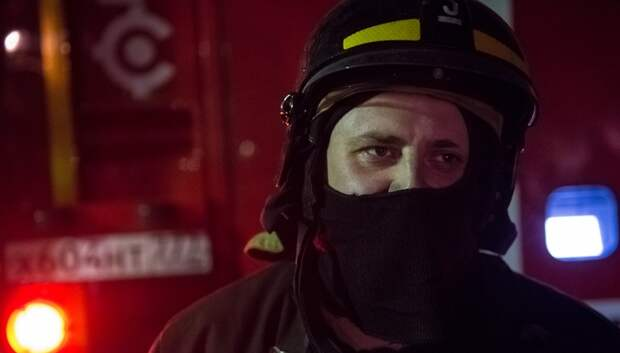 Пожарные борются с возгоранием в ангаре в Подольске более 12 часов