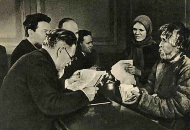 Михаил Калинин (на переднем плане) принимает ходоков в своей приемной ВЦИК