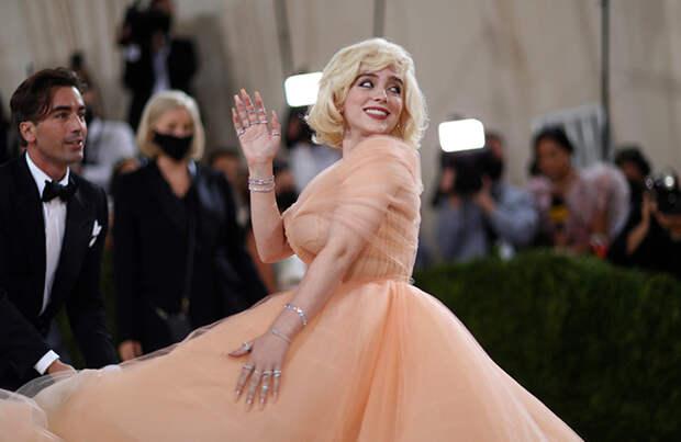 Билли Айлиш надела платье Oscar de la Renta при условии, что дом моды перестанет использовать мех