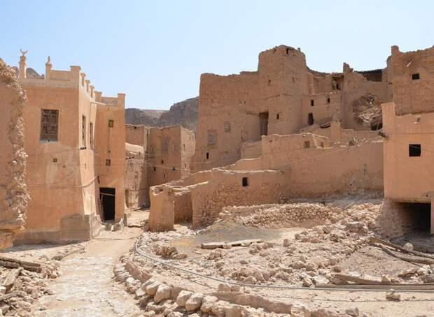 Внутри деревни - разрушенные дома