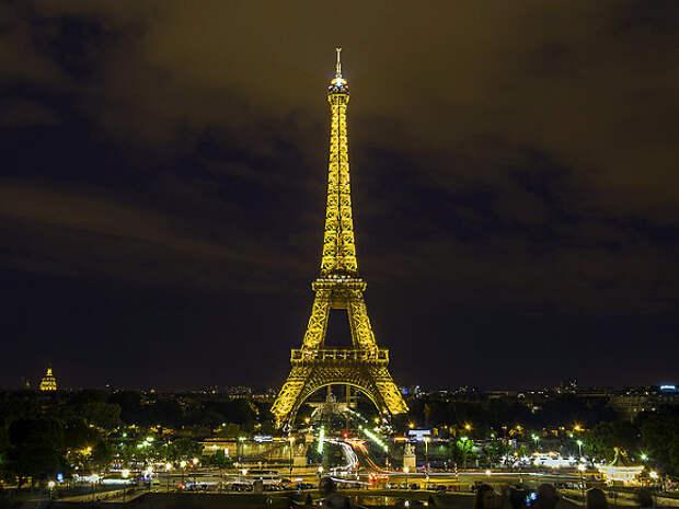 В Париже Эйфелеву башню готовят к открытию для посетителей