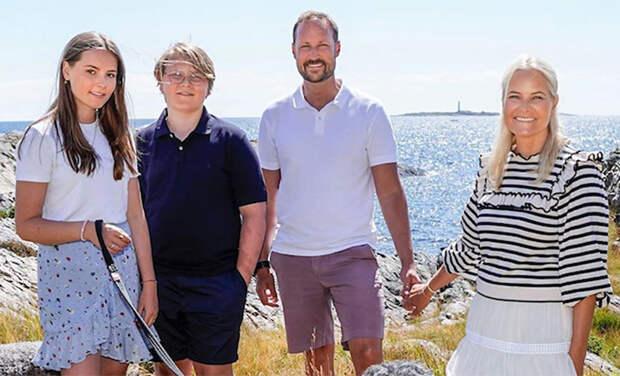 Принц Норвегии Хокон поделился семейными фотографиями по случаю своего дня рождения