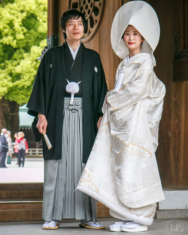 Невеста надевает чисто белое кимоно, которое символизирует чистоту и девичество, а после церемонии может переодеться в красное кимоно, символизирующее удачу.