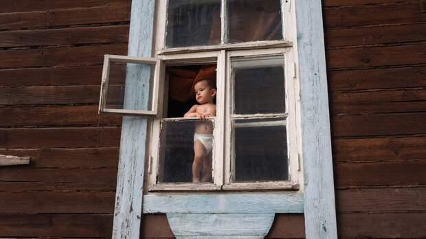 Годовалый ребенок выпал из окна многоэтажки в Севастополе