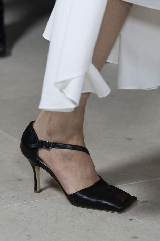 Обувь сезона весна-лето 2020: вьетнамки, вязаные сапоги и «мамины мюли» (фото 25)