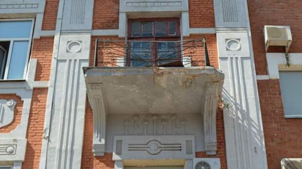 В Оренбурге очистили территорию у дома, где сегодня обрушился фрагмент балкона
