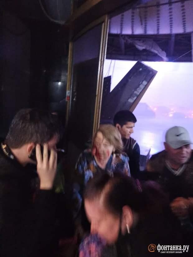 Возле метро «Пионерская» в Петербурге обрушилась крыша фастфуда