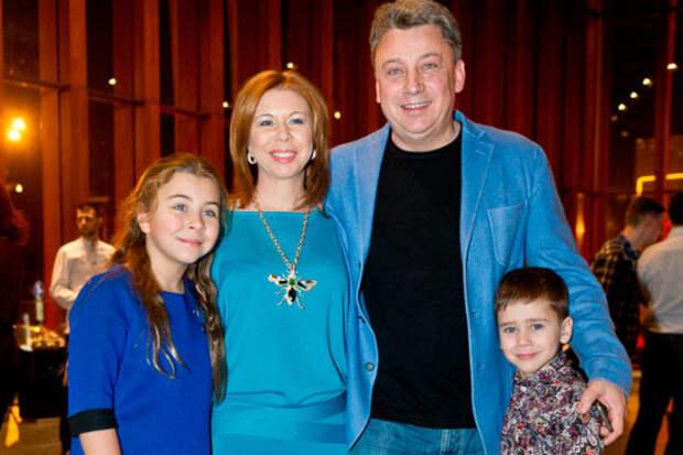 Дмитрий Галкин с женой и детьми