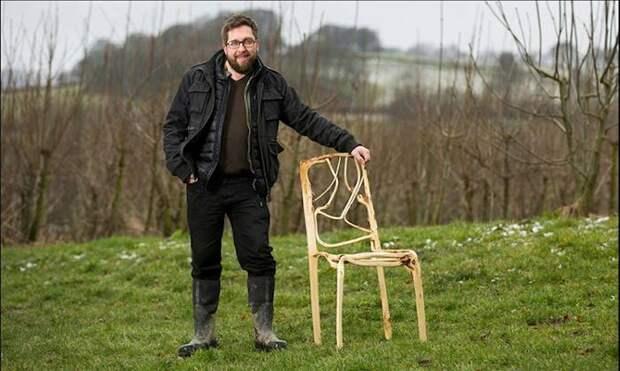 Этот парень выращивает стулья прямо на грядках